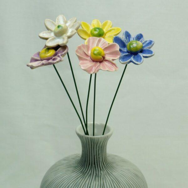 Keramikblomster i vase