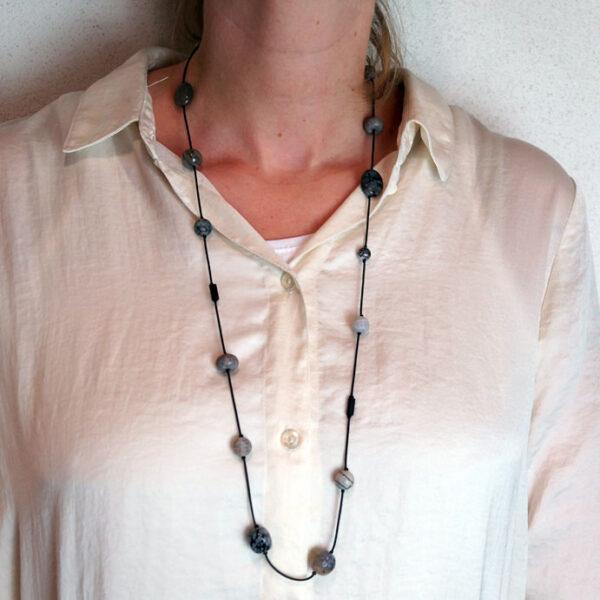 Lang halskæde, gummi og halvædelsten