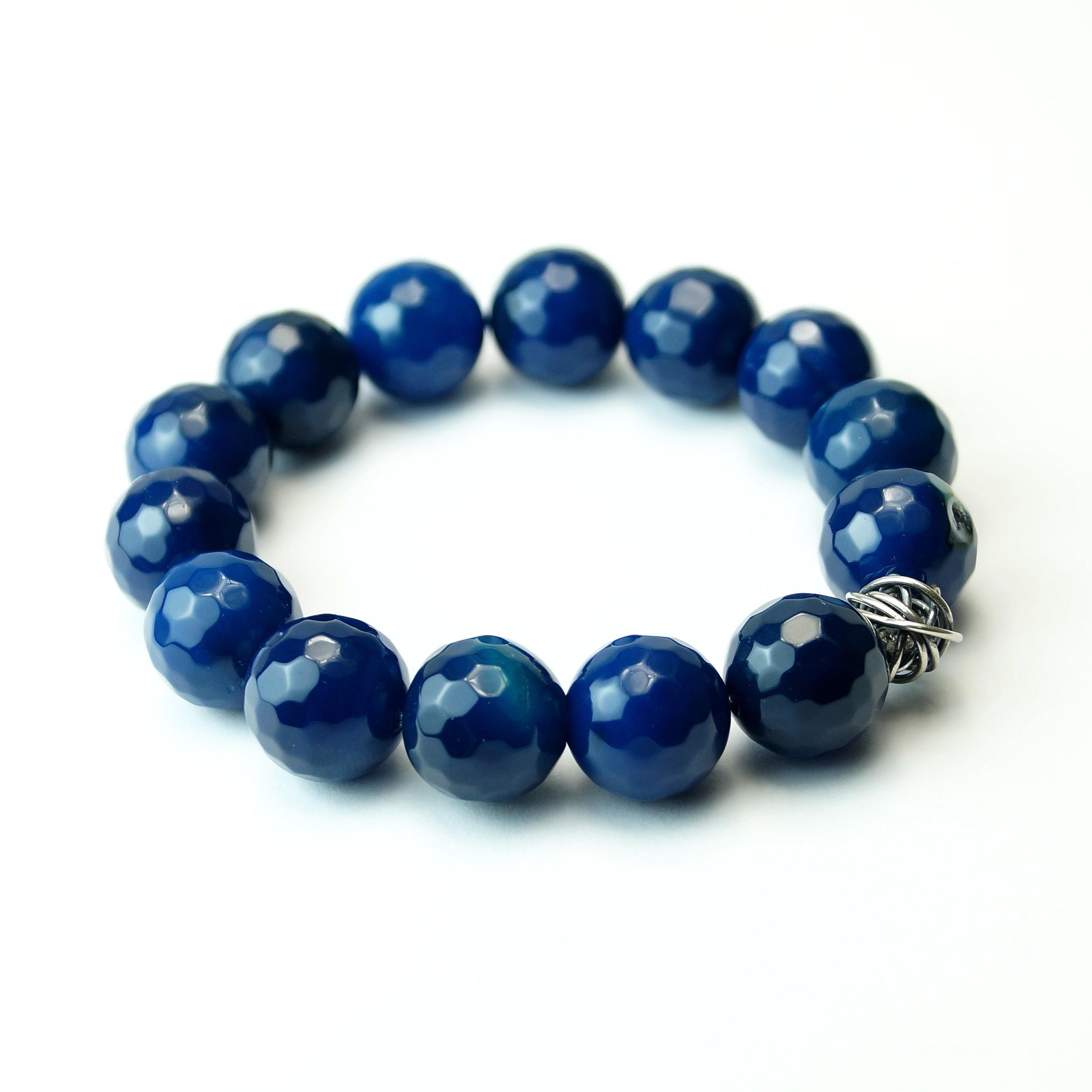 Armbånd med indfarvet blå agat