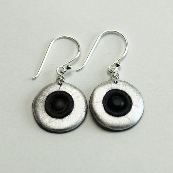 Små runde øreringe i plastik og sølv