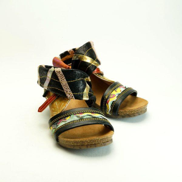 Koro str. 36. Håndsyet unika sandal fra spanske Pisaverde. Farverig og mønstret.