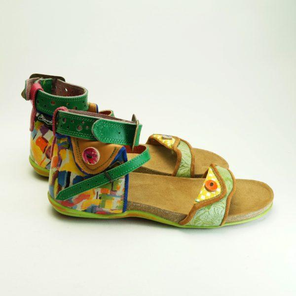 Mina str. 39. Sandal fra spanske Pisaverde i læder og skind. En unik sandal i flotte farver, og mønstre.
