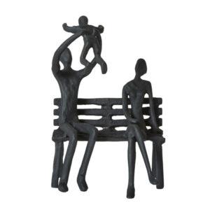 Sort jernfigur, familie på bænk