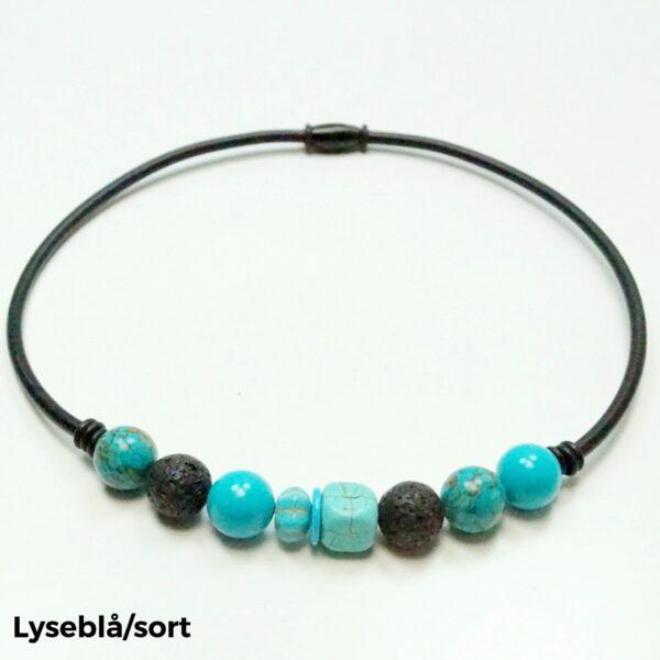 Halskæde sten og gummi lyseblå/sort