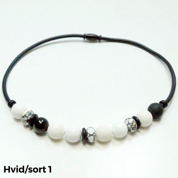 Halskæde sten og gummi hvid/sort