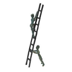 Jernfigur af stige med to figurer 0g sort og antik grøn