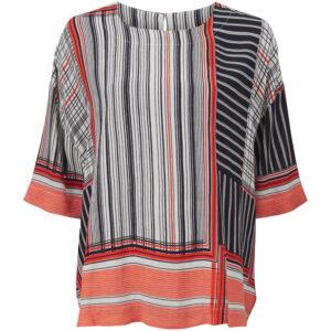 Masai kortærmet top med mønster. Med mønster i rød, sort og hvid. Model Degana