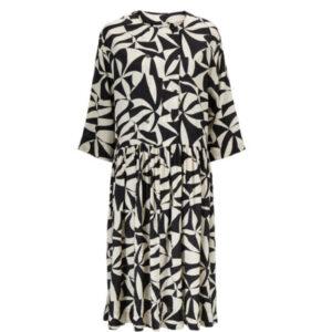 Masai Naya sort og hvid mønstret kjole. Med 3/4 lange ærmer og A-facon
