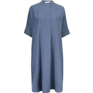 Masai Noalta kjole med korte ærmer i flot blå farve.