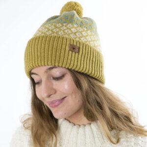 Fuza Wool strikket Ida hat med kvast Mustard. I lammeuld
